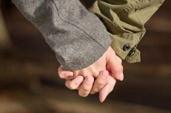 男女が手をつなぐ