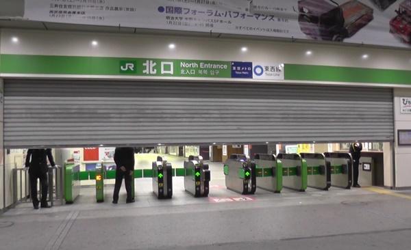 駅のシャッターが閉まる